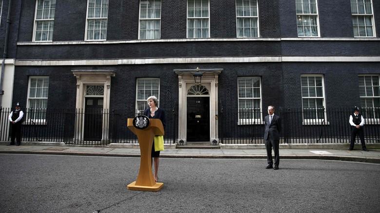 PM Inggris Theresa May di kantornya. (Foto: Reuters)