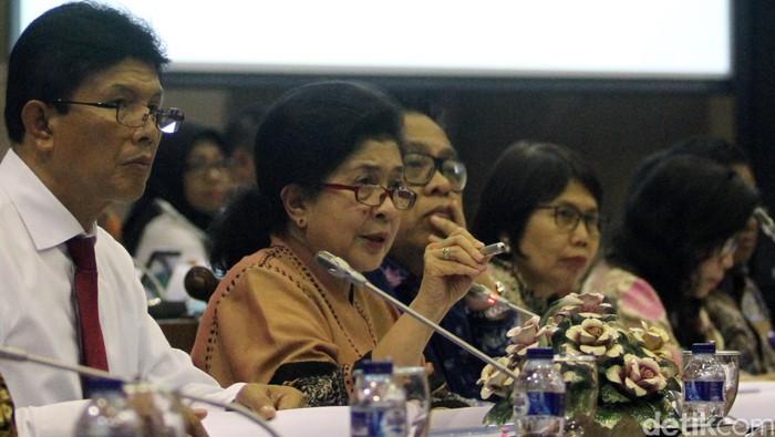 Menteri Kesehatan Nila F. Moeloek akhirnya membuka daftar rumah sakit yang menerima vaksin palsu. Ada 14 rumah sakit atau fasilitas pelayanan kesehatan (fasyankes) yang disebut menerima vaksin palsu.