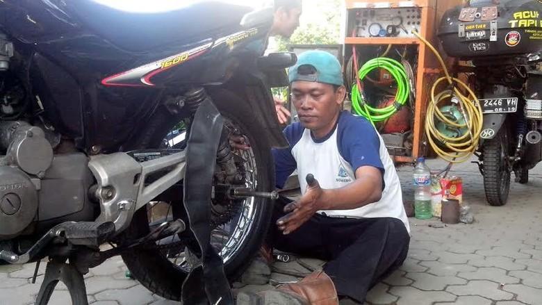 Kasturi Tukang Tambal Ban Panggilan 24 Jam di Yogya
