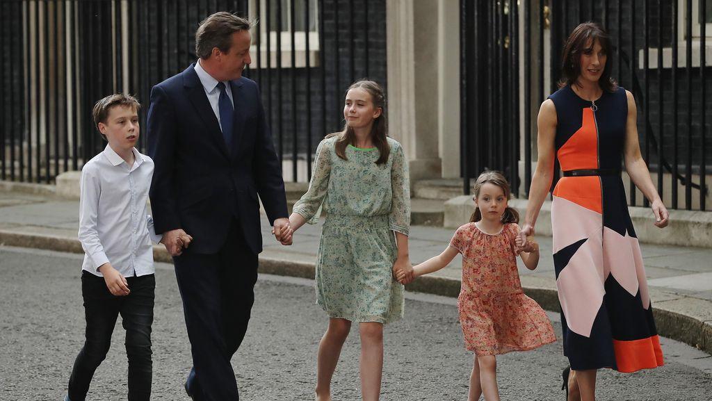 Dress Bunga Ini Laris Terjual Setelah Dipakai Putri dari Mantan PM Inggris