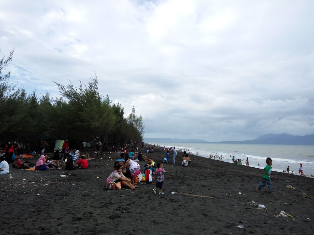 Hari Terakhir Liburan Pantai Cemara Banyuwangi Dipadati Pengunjung