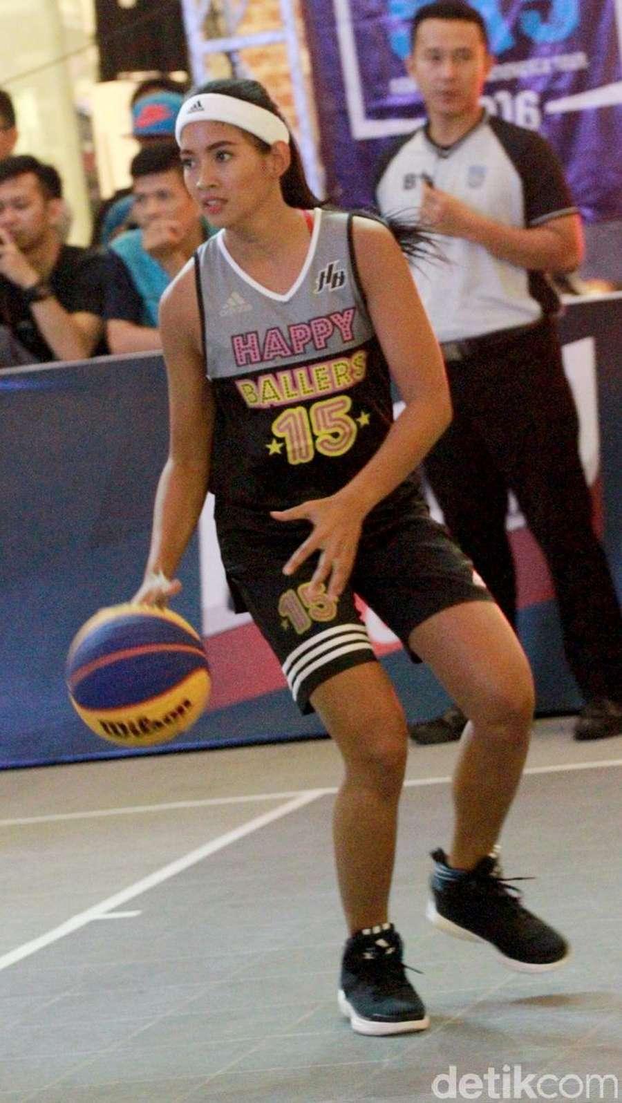 Melihat Keseruan Anindya Kusuma Putri dan Maria Selena Tanding Basket
