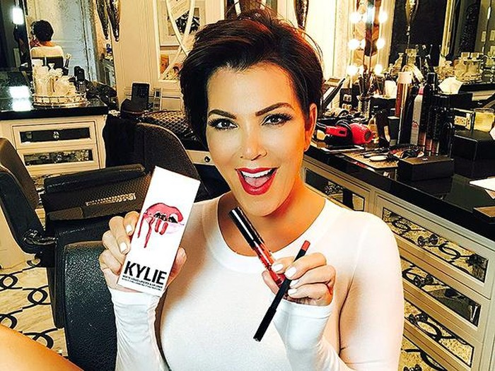 Kris Jenner dengan Lip Kit bernama Kristen dari Kylie Jenner