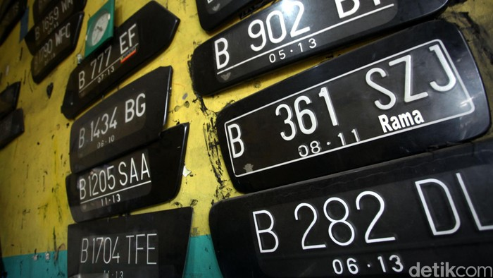 Pengguna Plat Nomer Palsu Akan Ditindak  Pekerja menyelesaikan pembuatan plat nomer kendaraan bermotor di Jakarta, Selasa (19/07/2016). Kepala Dinas Perhubungan dan Transportasi DKI Jakarta, Andri Yansyah, mengatakan, sanksi bagi pengendara yang memalsukan pelat nomor kendaraannya saat masuk ke kawasan pembatasan kendaraan berdasarkan nomor pelat ganjil dan genap akan terancam pasal penipuan. Grandyos Zafna/detikcom