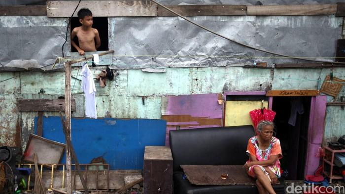 Warga beraktifitas di kawasan pemukiman padat penduduk, Petamburan, Jakarta, Selasa (19/07/2016). Kepala Badan Pusat Statistik Suryamin menyatakan bahwa jumlah penduduk miskin di Indonesia per Maret 2016 mencapai 28,01 juta orang dan angka ini sekitar 10,86 persen dari jumlah penduduk nasional. Grandyos Zafna/detikcom
