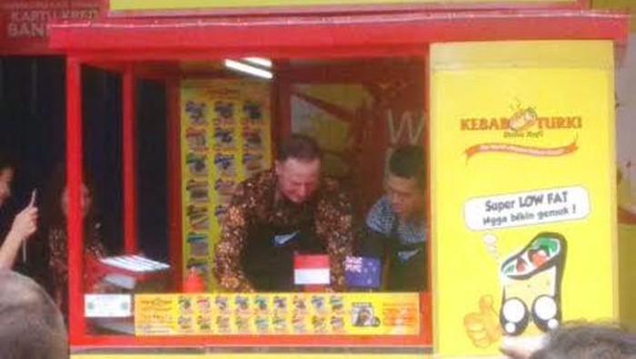 Perdana Menteri Selandia Baru Meracik Kebab