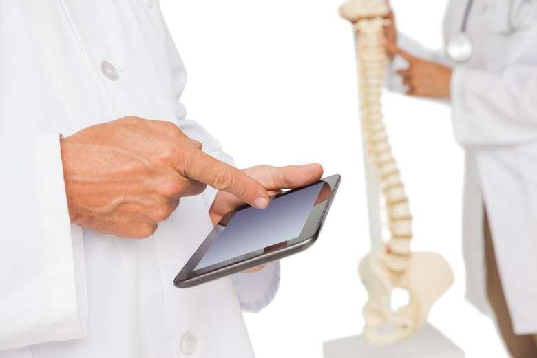 Jika Anda berusia 30-an atau mendekati angka tersebut, ingatlah segera bahwa tulang Anda akan mulai melemah setelah usia ini. Tapi dengan berjalan kaki selama 15 menit dapat meningkatkan kepadatan tulang. Foto: Thinkstock