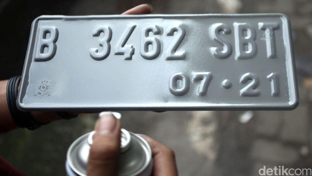 Apa Sanksinya Pelat Nomor Ditempeli Atribut TNI-Polri?