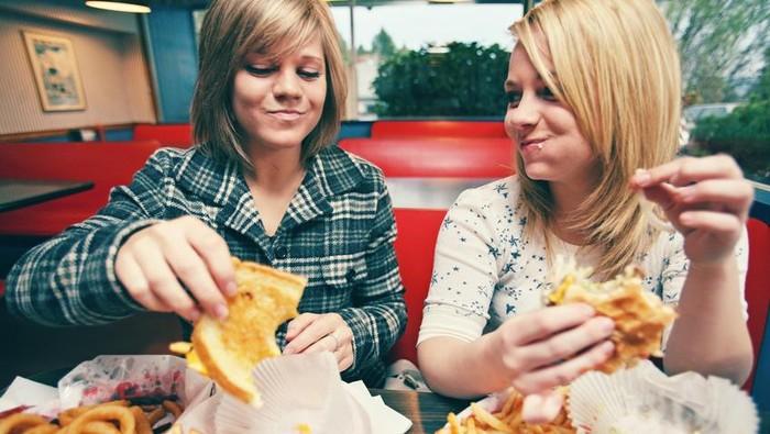 Memilih fast food untuk makan siang boleh-boleh saja, tetapi perhatikan dulu aturan ini. (Foto: iStock)