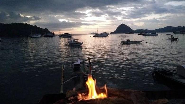 Foto: Menikmati sunset sambil berwisata kuliner seafood di Kampung Ujung, Labuan Bajo (Elisha/detikTravel)