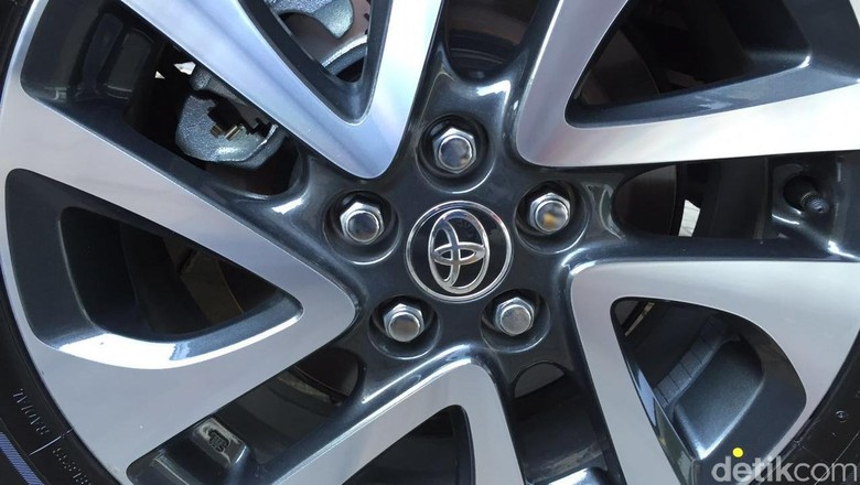 Pelek mobil Toyota Sienta Foto: Dadan Kuswaraharja