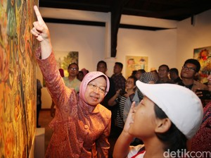 Risma Buka Pameran Lukisan di Jakarta