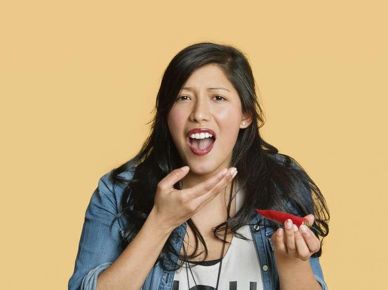 Saat makan sambal atau saus pedas, pasti mulut terasa panas dan seperti terbakar. Hal ini karena reseptor pada lidah mendeteksi suhu dan menunjukkan rasa sakit karena adanya capsaicin yang terkandung dalam cabai. Maka dari itumulut akan merasa panas dan sakit tapi hanya sementara. Foto: ilustrasi/thinkstock