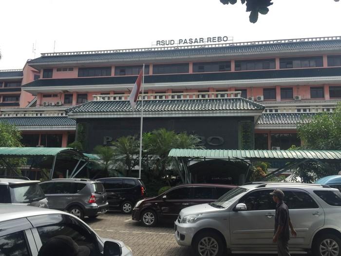 Aminah (28) dirujuk warga menggunakan angkot ke Puskesmas Ciracas Jakarta Timur untuk melakukan persalinan. Karena kondisi yang makin menurun Aminah pun dibawa menggunakan ambulans puskemas menuju RSUD Pasar Rebo.