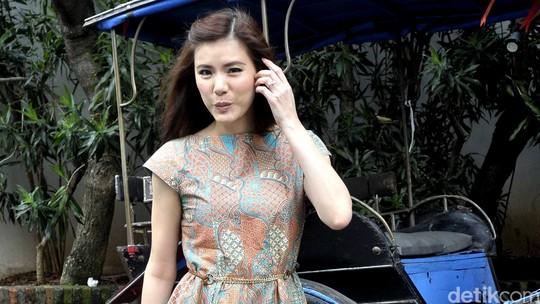 Wuzz... Tiupan Angin Bikin Olga Lydia Sulit Berpose