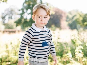Lucu ya, Bun, Pangeran George berkaus garis-garis begini. Foto ini dirilis saat Pangeran George berulang tahun ke-3. (Foto: Twitter/KensingtonPalace)