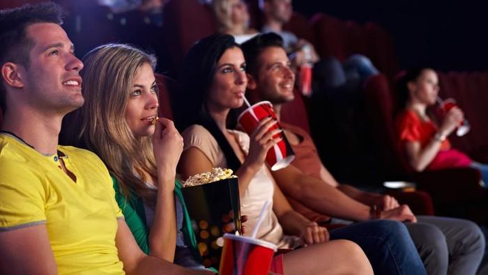 Ilustrasi orang nonton film di bioskop. Foto: iStock