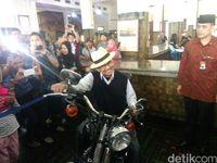 Gaya Habibie di atas Harley-Davidson.