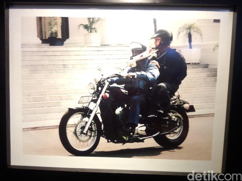 Habibie saat membonceng Soeharto. Foto: Screenshot BJ Habibie dan Motor Harley Davidson/ Fida detikcom