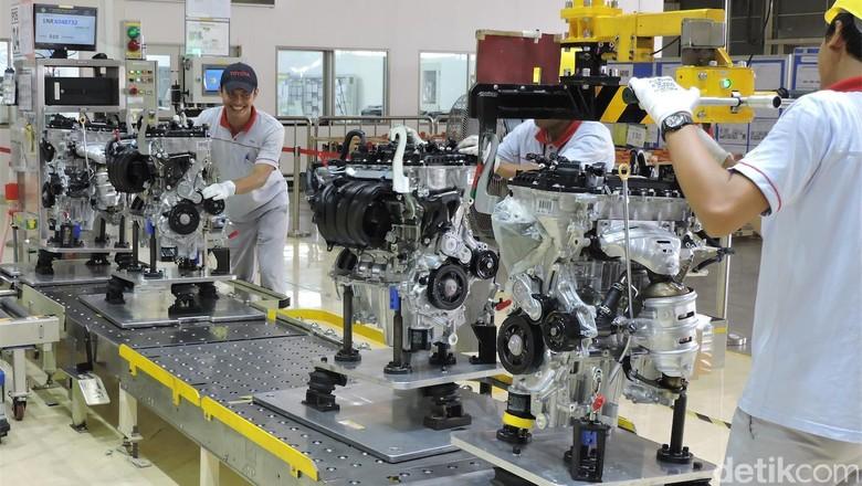 Pekerja di pabrik mobil Sienta Foto: Toyota