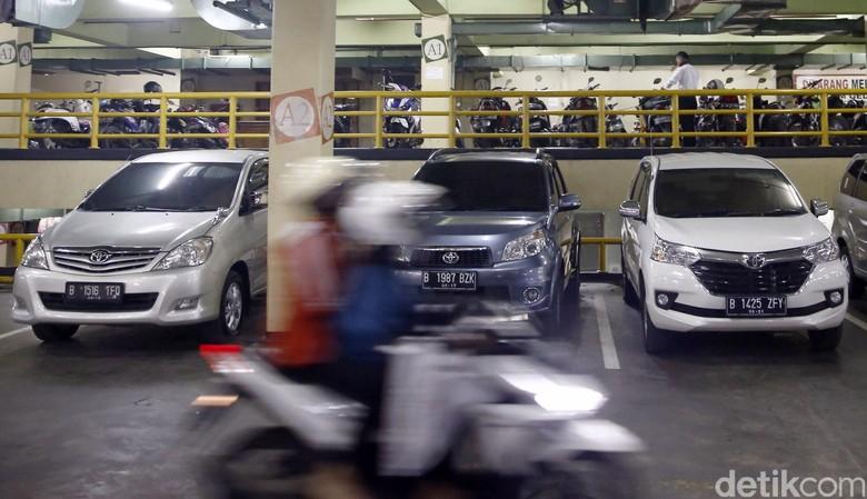 Parkir mobil. Foto: Rachman Haryanto