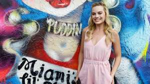 Margot Robbie Menawan Tampil Simple dan Natural