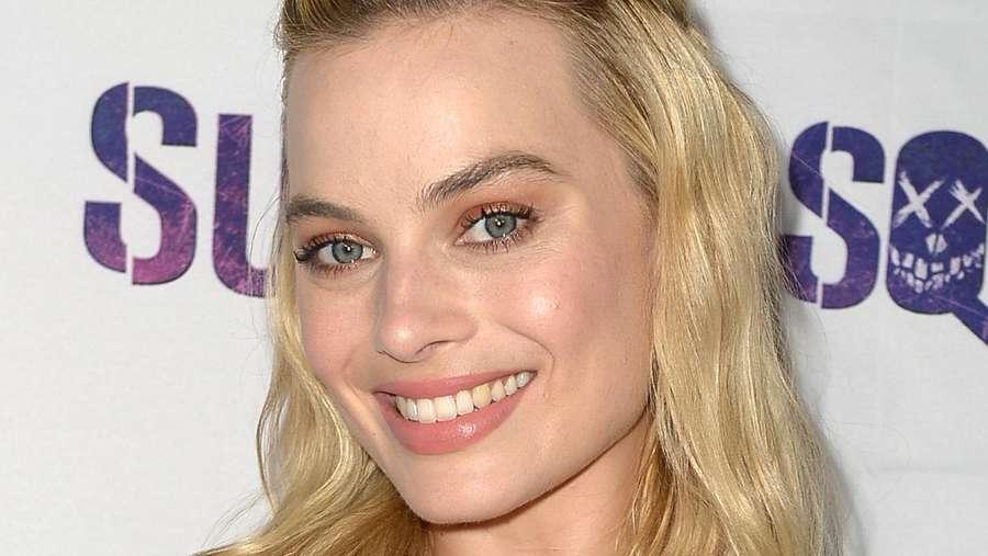Margot Robbie Menawan Tampil Simple dan Natural