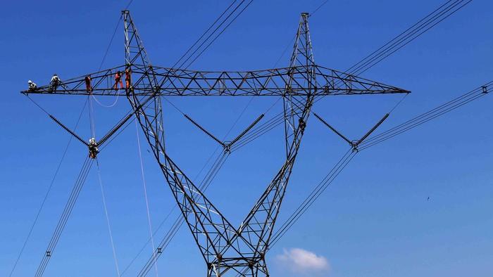 PLN melakukan penggantian isolator pada transmisi SUTET 500 KV di Desa Batok, Kabupaten Bogor, Jabar. Penggantian ini tanpa pemedaman aliran listrik.