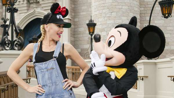 Foto Bareng Mickey Mouse, Gwen Stefani Sumringah Banget!