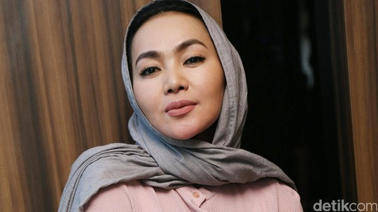 Dewi Gita Tampil Berkerudung