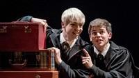 Tidak seperti Draco dan Harry yang bermusuhan, dalam pertunjukan teater ini Scorpius Malfoy (Anthony Boyle) dan Albus Potter (Sam Clemmett) berteman baik! (dok. Manuel Harlan)