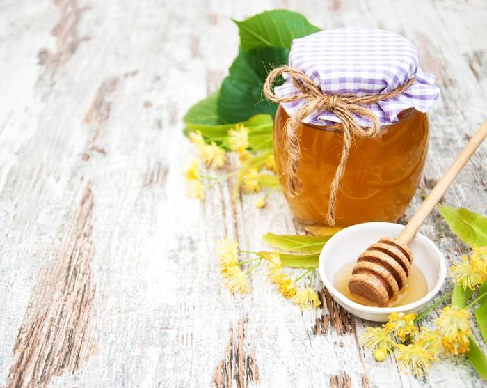 Campuran madu dan gula yang digosokkan perlahan pada bibir bisa jadi scrub alami untuk mengangkat sel kulit mati. Ramuan ini juga bisa jadi perangsang terbentuknya kolagen baru. Foto: iStock