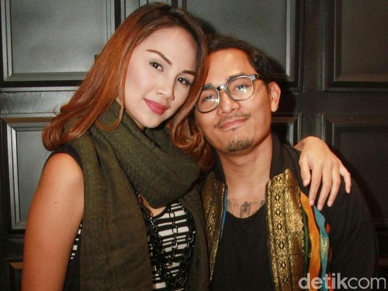 Foto: Tanta Ginting dan istri (Gus Mun/detikHOT)