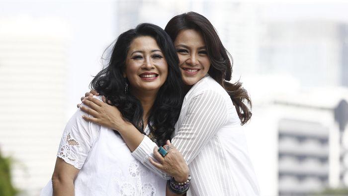 Dellie Threesyadinda dan ibudnanya Lilies Handayani (Rengga Sancaya/detikSport)