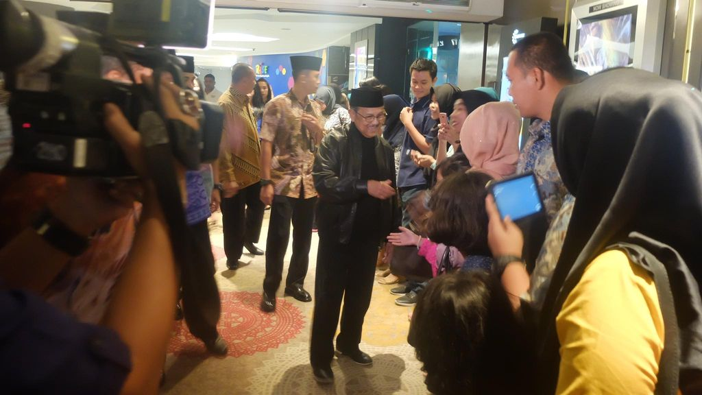 Saat BJ Habibie Nonton Bareng Rudy Habibie dengan Keluarga Besar Paspampres