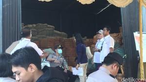 Polda Metro Bongkar Gudang Penyimpanan Barang Tekstil Impor Bekas di Cakung
