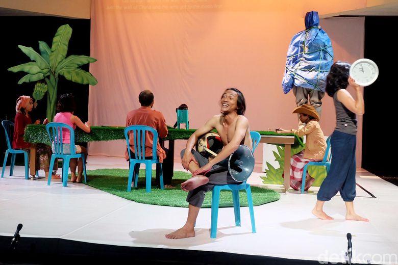Teater Garasi menampilkan pertunjukan dari puisi karangan Sapardi Djoko Damono pada tahun 1978 di Universitas Indonesia dan Goethe Institut Jakarta pada 30-31 Juli.