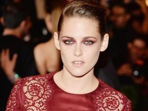 Alasan Kristen Stewart Sering Pakai Eyeshadow Warna Merah