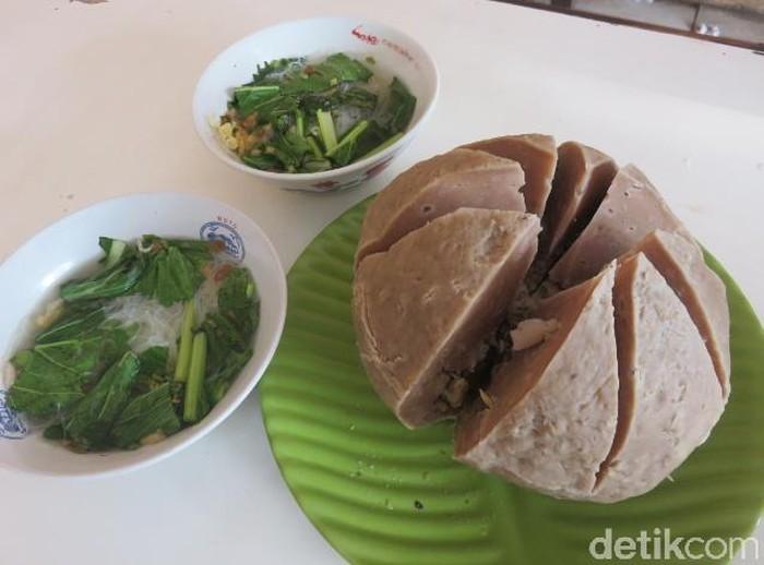 Anda sanggup untuk habiskan bakso seberat 1,5 Kg ini? Kalau iya, langsung saja datang ke warung bakso H. Nasir yang ada di kawasan Pamulang, Tangerang Selatan ini! Foto: dok. detikFood