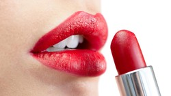 Menggunakan lip balm atau lipstik tidak cukup untuk mendapatkan bibir merah. Berikut beberapa tips mendapatkan bibir yang sehat secara alami.