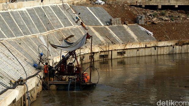 Normalisasi Sungai Ciliwung yang melintasi Kampung Pulo (agung/detikcom)