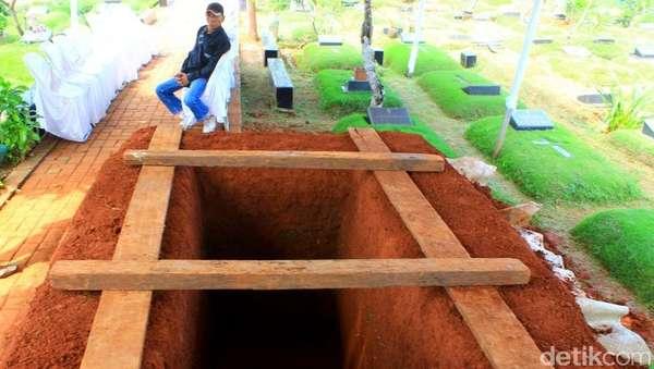 Karangan Bunga di Pemakaman Mike Mohede