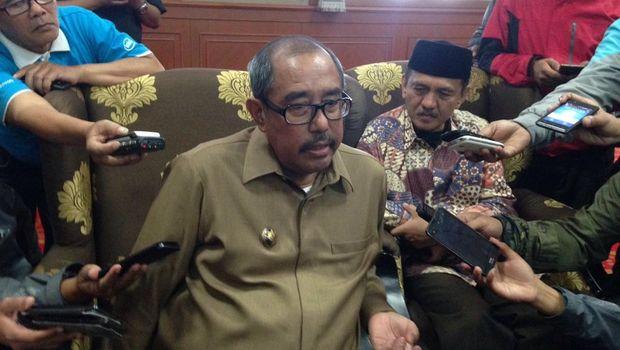 Bupati Bandung Barat abubakar saat memberikan keterangan kepada wartawan.