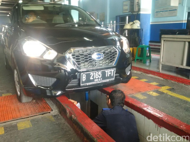 Uji kir taksi online di kantor Pengujian Kendaraan Bermotor (Foto: Noval/detikcom)