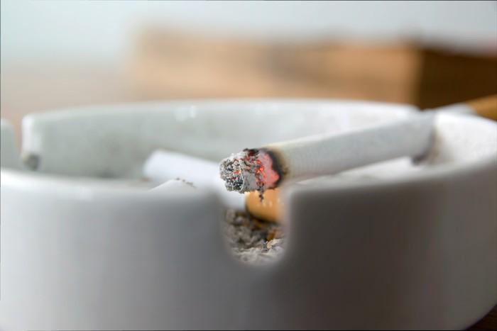 Buang asbak dan korek api yang Anda miliki. Kecanduan merokok tidak hanya berhubungan dengan produksi dopamin di otak, namun juga perilaku sehari-hari. Benda-benda yang berhubungan dengan rokok seperti asbak dan korek api bisa saja memicu keinginan merokok muncul kembali. Foto: ilustrasi/thinkstock