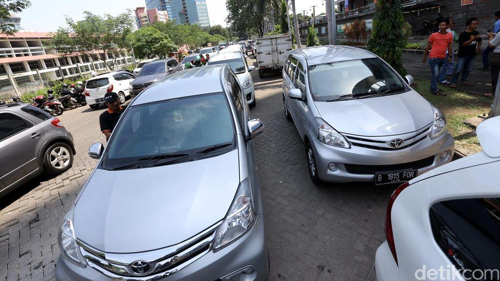 Aturan Taksi Online Dicabut Merugikan Konsumen?