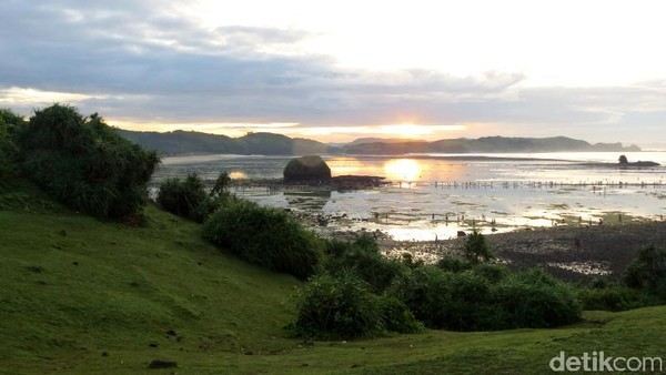 Di timur Pantai Kuta, ada Pantai Seger dengan bentuk seperti tanjung. Pantai Seger menyusul popularitas Pantai Kuta karena punya event tahunan Festival Bau Nyale (Faela Shafa/detikTravel)