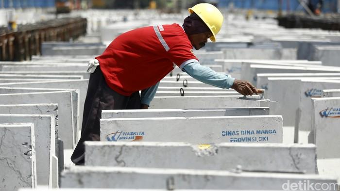 Pekerja melakukan proses pembuatan Spun Pile dan Box Girder di Pabrik Waskita Beton Precast, Karawang, Jawa Barat, Rabu (3/8/2016). Di pabrik yang seluas 15 ha memiliki kapasitas produksi 400.000 ton per tahun. Dipabrik ini diproduksi berbagai macam beton diantaranya Spun Pile, Box Girder, Concrete Barrier, PC-I Girder, Concrete Rail Way dan CCSP. Produksi dipabrik karawang ini didistibusikan untuk kebutuhan proyek tol becakayu, solo kertosono, giant sea wall, proyek jalan layang tendean cileduk dan lrt Palembang. Agung Pambudhy/Detikcom.
