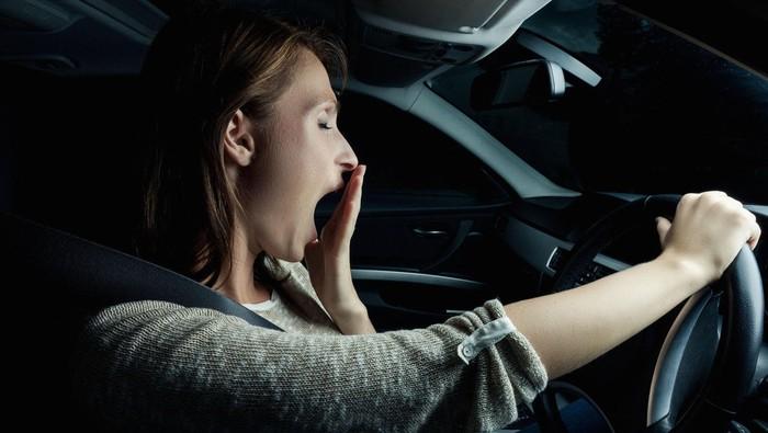 Ilustrasi wanita mengantuk di mobil. Foto: GEM Motoring Assist