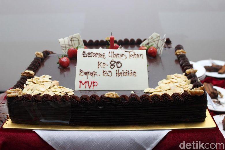 Kue ulang tahun yang diberikan MVP, rumah produksi film 3 Srikandi kepada Habibie. Pool/Hanif Hawari/detikFoto.